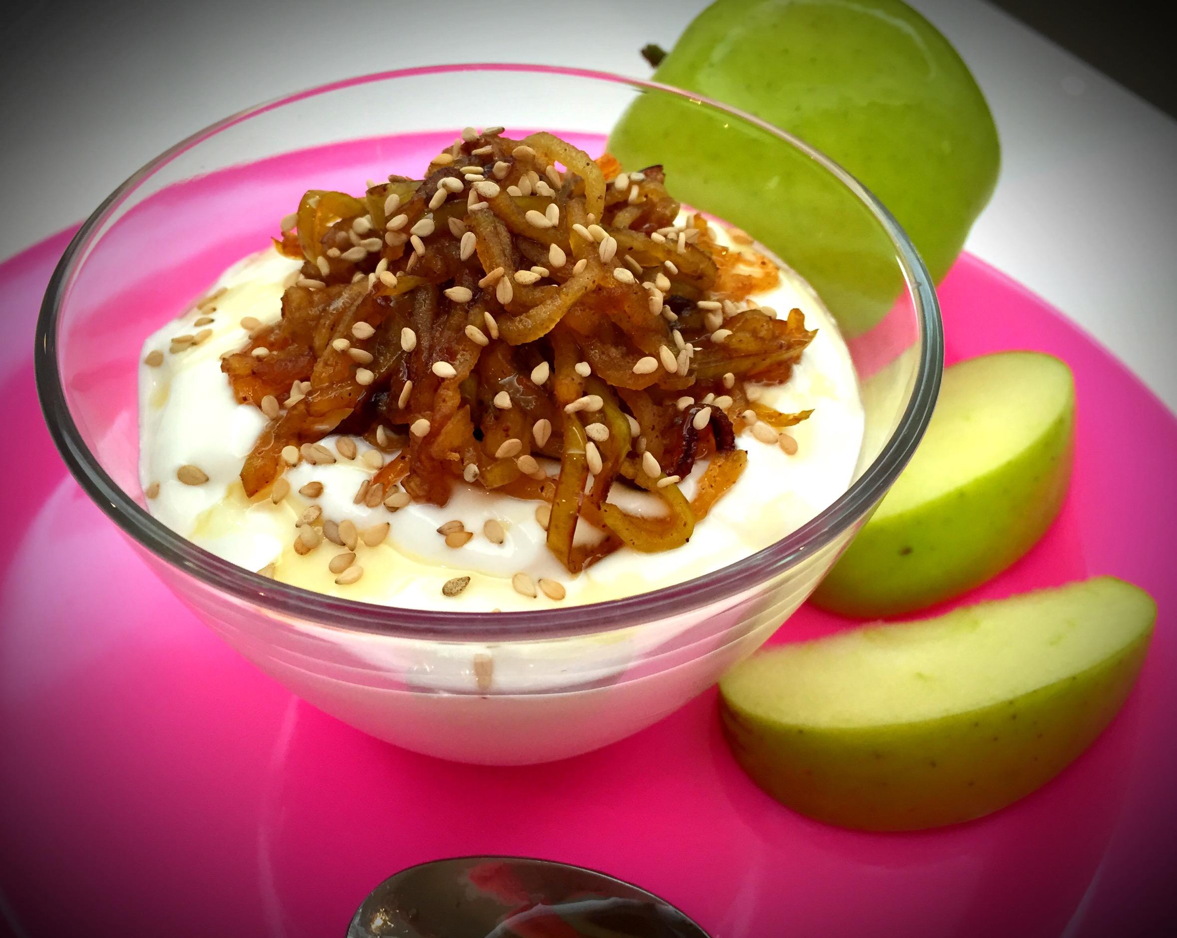 Iogurte grego com maçã caramelizada - Blog da Spice