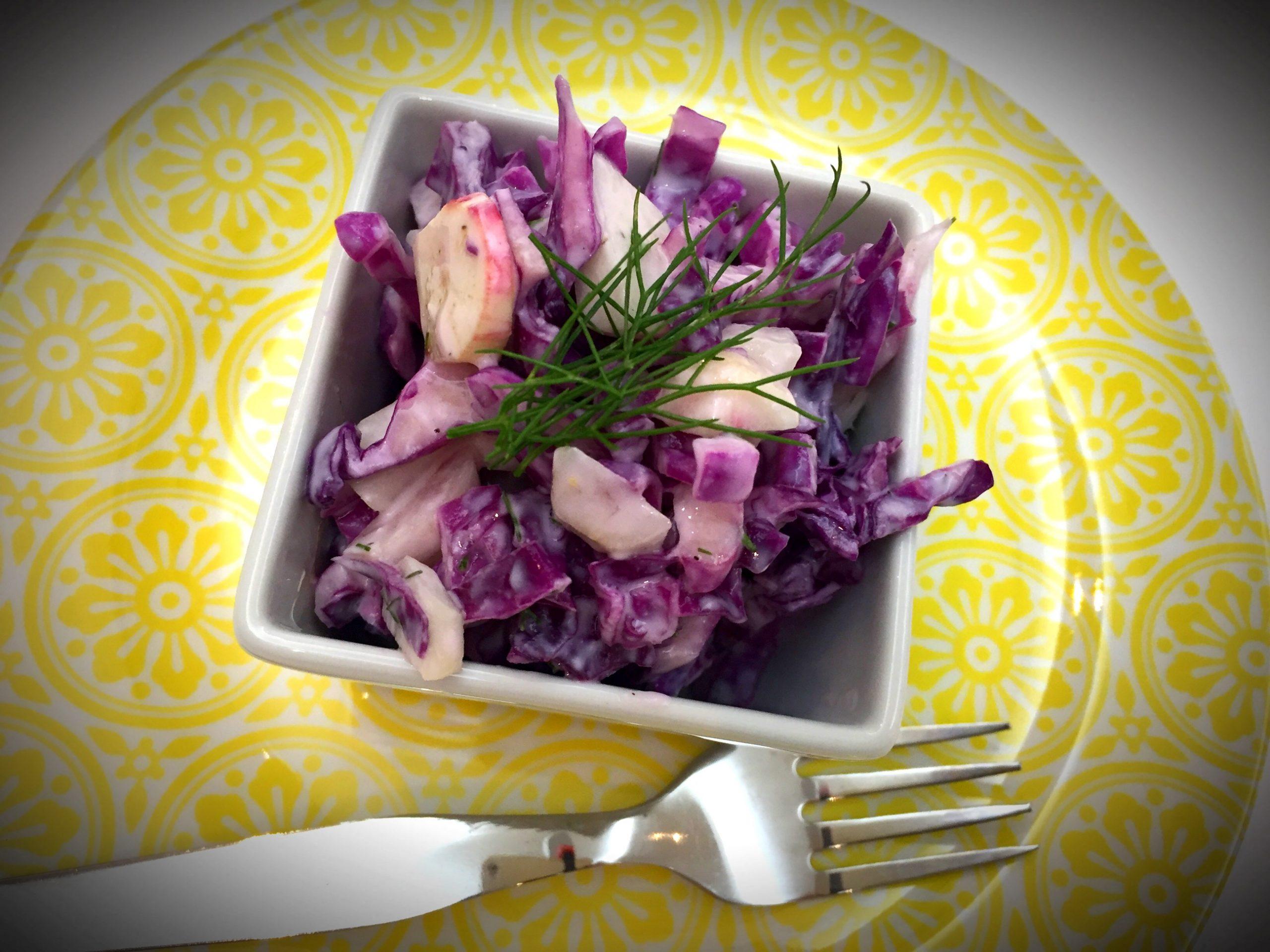 Salada de couve roxa e rabanetes com molho de iogurte e funcho - Blog da Spice