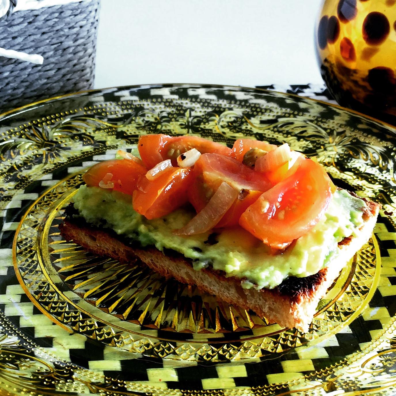 Torradas com Manteiga de Abacate e Tomate Cherry Salteado - Blog da Spice