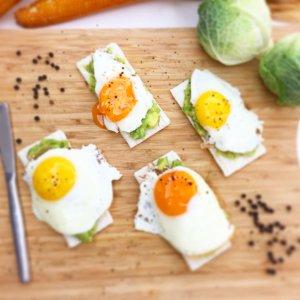 Tostas de arroz com abacate e ovos estrelados - Blog da Spice