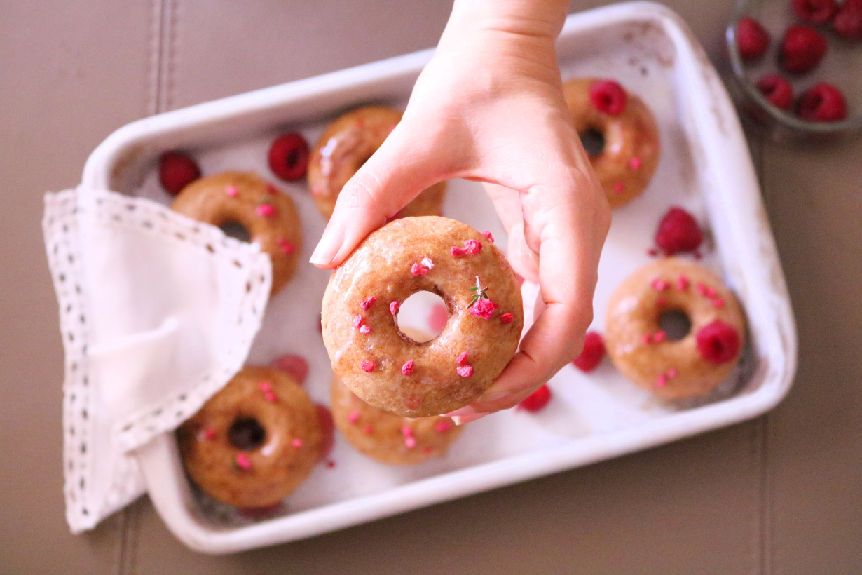 Donuts vegan com calda de framboesa - Blog da Spice