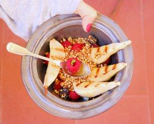 Pêra grelhada com granola de trigo sarraceno - Blog da Spice