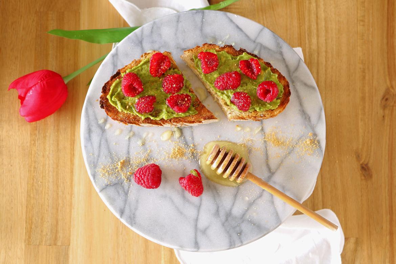 Torradas de abacate com framboesas e mel - Blog da Spice