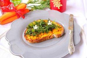 Bruschetta com patê de cenoura e rama salteada - Blog da Spice