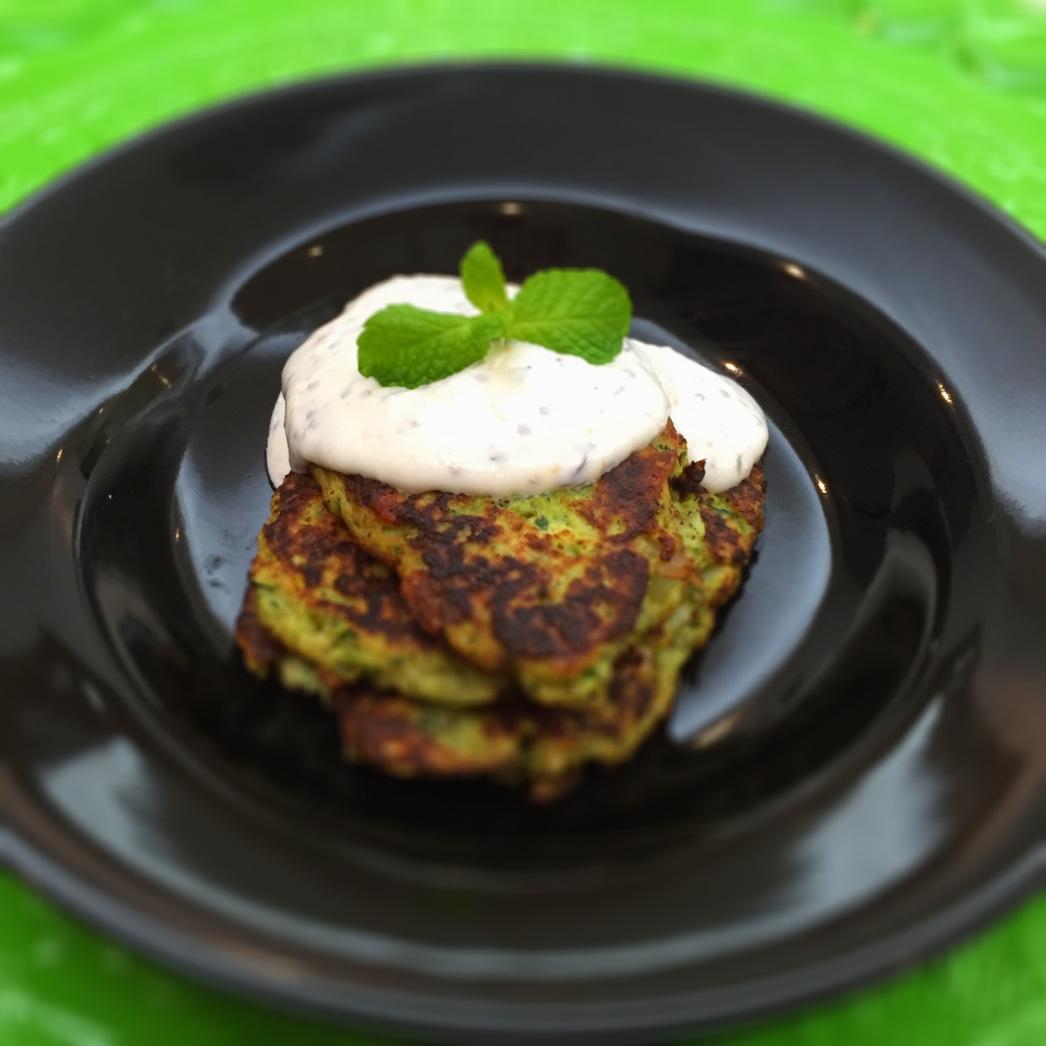 Pataniscas de curgete com molho de iogurte - Blog da Spice