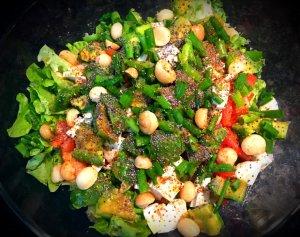Salada verde com macadamias e sementes de papoila - Blog da Spice