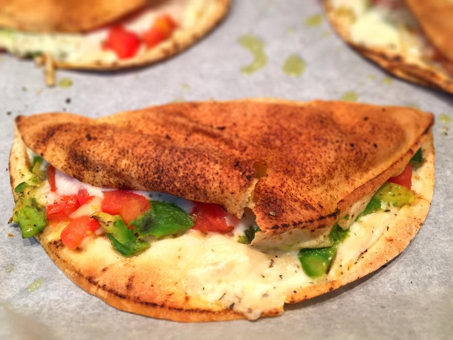 Tostas de pão árabe com tomate, abacate e alecrim - Blog da Spice