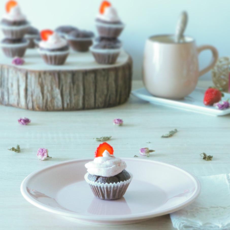 Mini Cupcakes de Chocolate e Avelã com Chantilly de Morango