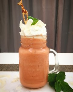 Smoothie de goiaba com chantilly de coco - Blog da Spice