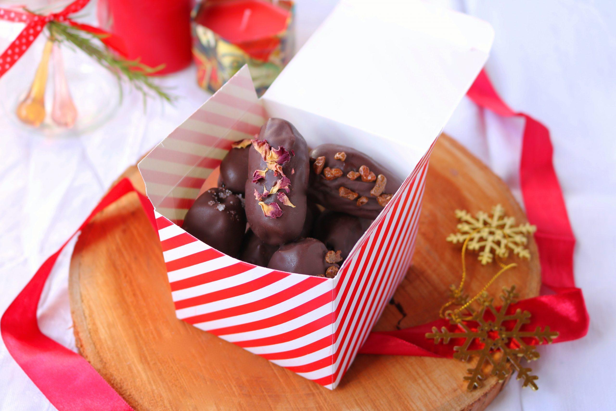 bombons de tâmaras e chocolate preto